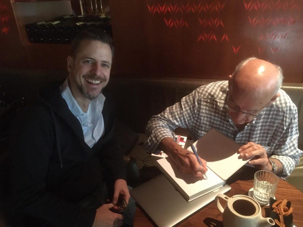 Brian Freeman signiert sein Buch